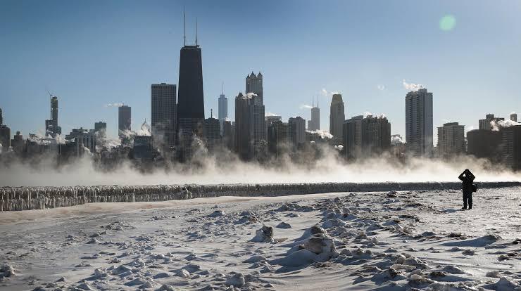 Karena Suhu Dingin Yang Terlalu Ekstrim, Rel Kereta Api di Chicago Harus Dibakar